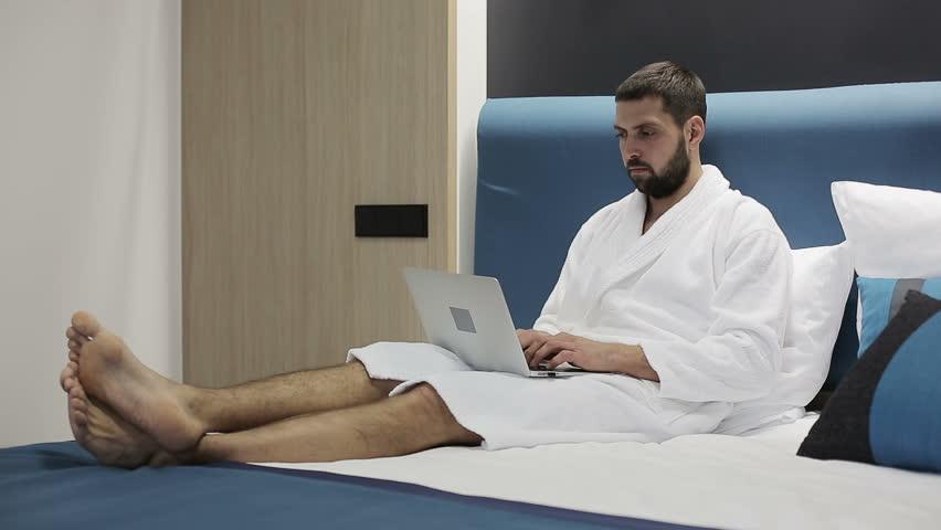 روش استفاده درست از لپتاپ در رختخواب