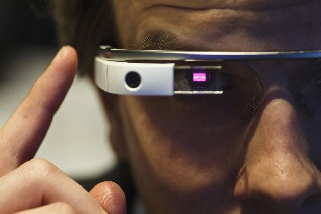 عینک هوشمند گوگل به کمک افراد کم رو می آید