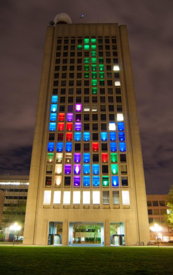 بازی تتریس روی ساختمان دانشگاه MIT