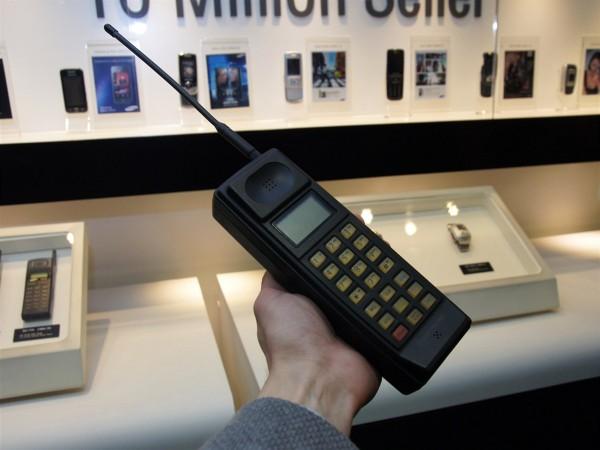 Muzeum Samsung - první mobilní telefon znaèky SH-100 (1988)