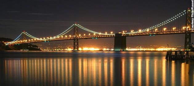 لامپ های LED کامپیوتری بر فراز پل خلیج