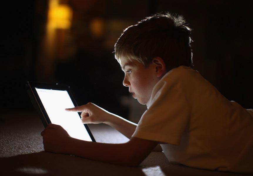 زیاد نگاه کردن کودکان به صفحه تبلت یا گوشی مغز آنها را تغییر می دهد