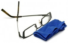 eyeglasses-and-cleaning-cloth