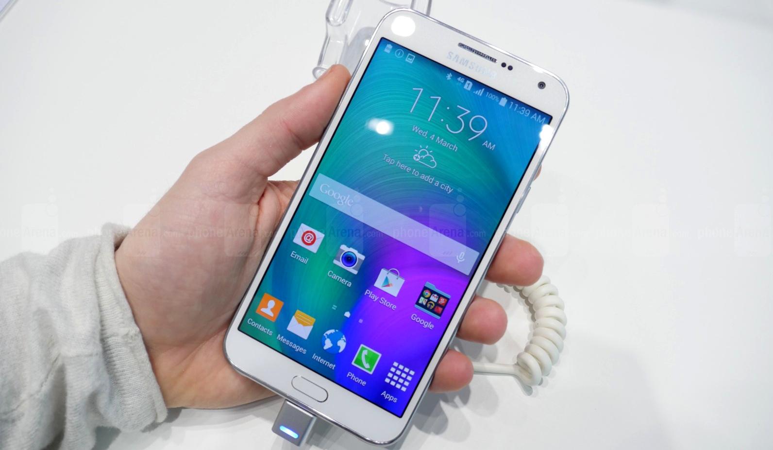 نگاه نزدیک به تلفن هوشمند میان رده Samsung Galaxy E7