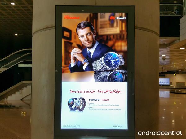 تبیلغ ساعت هوشمند اندرویدی هوآوی در فروشگاه بارسلونا دیده شد