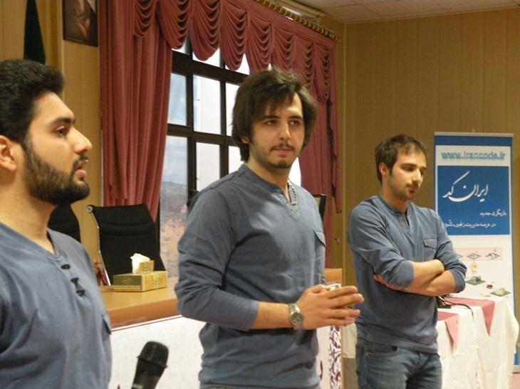 تیم رادیو گویا در حال اجرای بخشی از مراسم یازدهمین گردهمایی نمایندگان ایرانکد