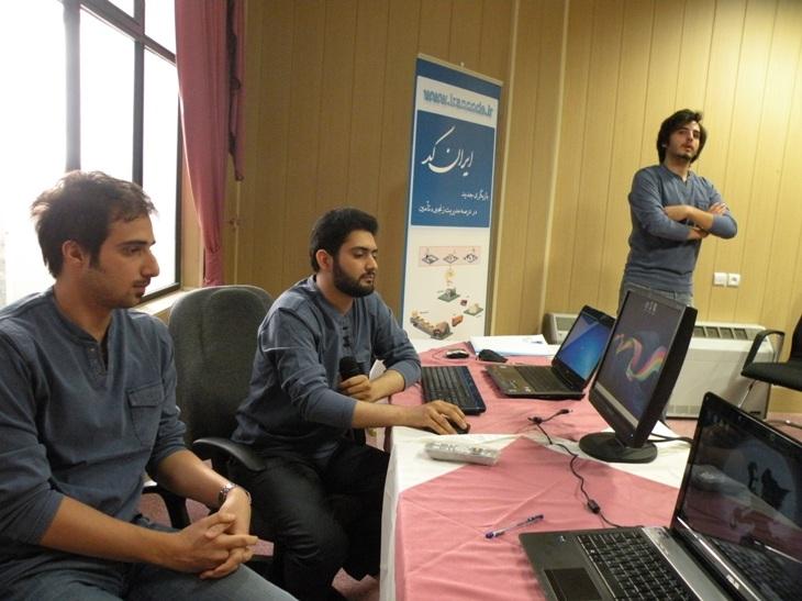 آریان صادقی، اردلان آزرمگین و محسن پاک نیت (اعضای تیم رادیو گویا) در حال اجرای زنده بخشی از مراسم یازدهمین گردهمایی نمایندگان شبکه ایرانکد