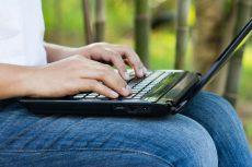 خطرات و عوارض قرار دادن لپ تاپ روی پاها