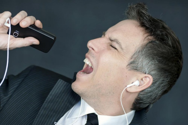 singing-into-phone-640x0