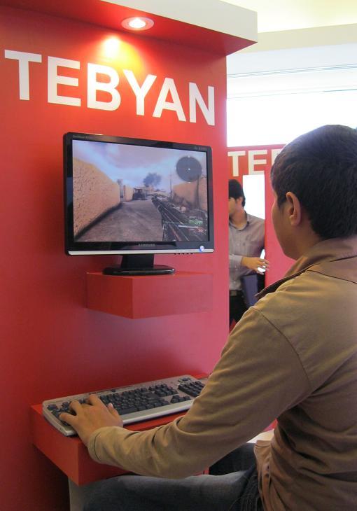 یه بازدیدکننده نوجوان در حال بازی در غرفه تبیان