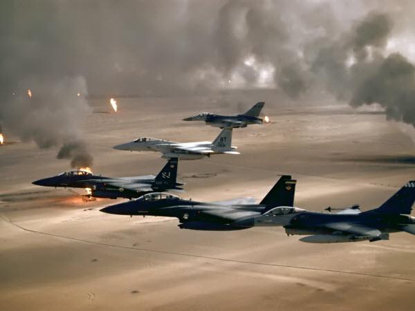 عکس تصویر زمینه و پس زمینه هواپیمای جت جنگی در حال بارش آتش