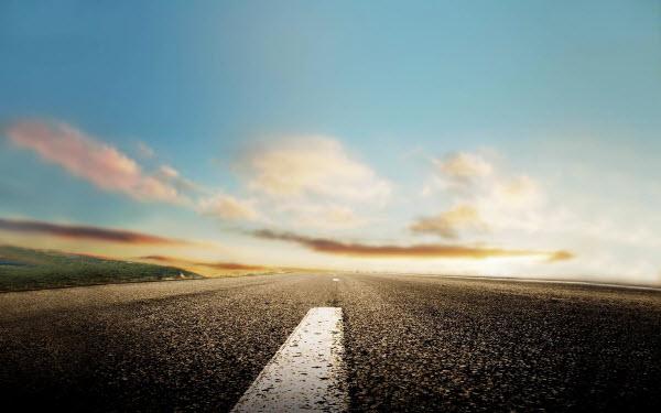عکس تصویر زمینه یک جاده خشک و شاید کمی بارانی! از نزدیک ترین فاصله به سطح جاده.