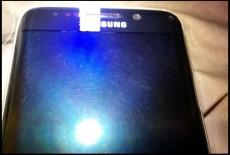 صفحه نمایش برخی از گوشی های سامسونگ گلکسی edge S6 خارج شده از جعبه، دارای خط و خش می باشد