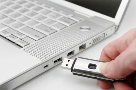 وقتی که لپ تاپ روشن نمی شود، علت می تواند از سمت چیزهای اضافی متصل به سیستم باشد، مثلا باید بررسی کنید و هر نوع فلش یو اس بی، یا هدفون و هدست و سی دی درایو اکسترنال و نظیر آن را از سیستم جدا کنید. بعد دوباره با ریستارت کردن حل شدن موضوع را بررسی کنید