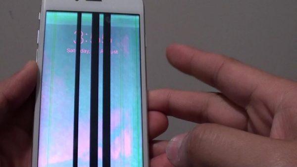 نفوذ آب به زیر صفحه نمایش گوشی لمسی، یکی از بدترین پیامد های خیس شدن گوشی است. حل این معضل به شانس شما ارتباط دارد و البته کمی زمان بر است