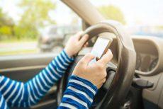 فرانسه استفاده از تلفن همراه در اتومبیل را حتی در صورت توقف آن ممنوع کرد