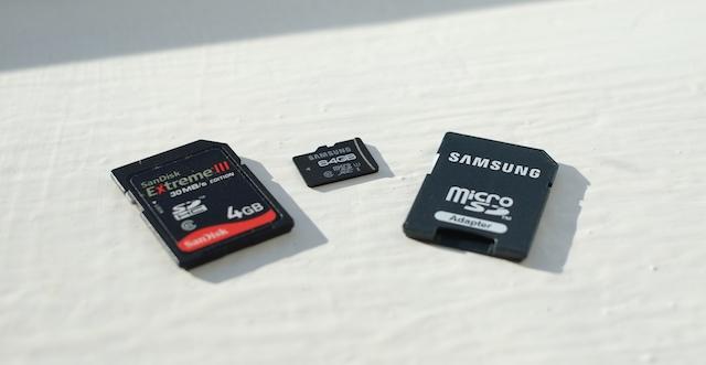 کارت حافظه، معمولا برای فرمت سازی با کامپیوتر نیاز به کارت خوان دارد که در این تصویر یک مموری کارت و دو کارت خوان را مشاهده می کنید