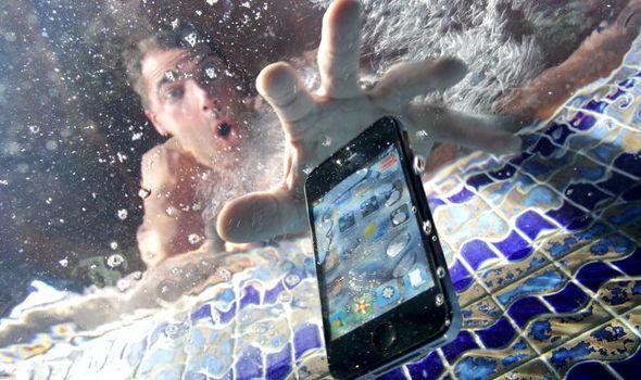 لحظه خیس شدن گوشی موبایل! آیا این لحظه را تجربه کرده اید؟