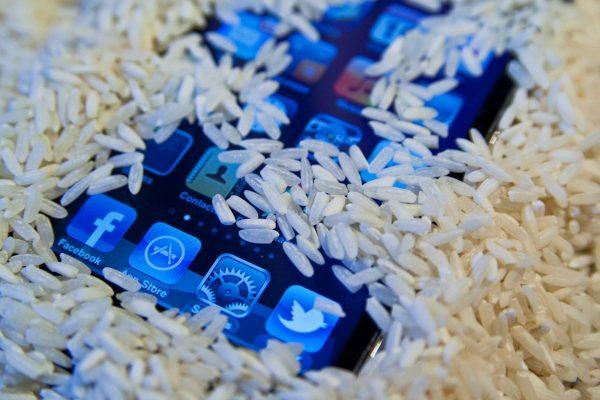 برنج خشک یکی از قدیمی ترین و موثر ترین چیزها برای خشک کردن آب داخل گوشی های خیس شده است