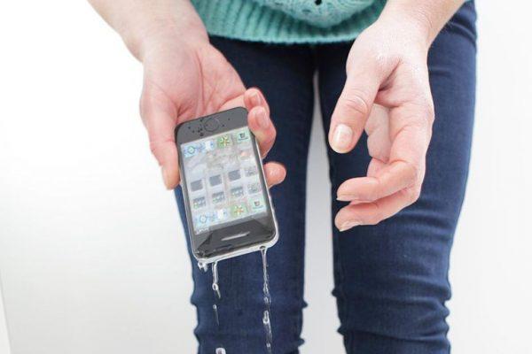 خیس شدن گوشی لمسی، و مشکلات ناشی از این اتفاق! این رخداد می تواند گوشی شما را حسابی از کار بیندازد